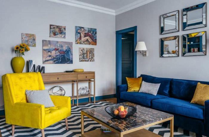 Желтое кресло в гостиной с синим диваном