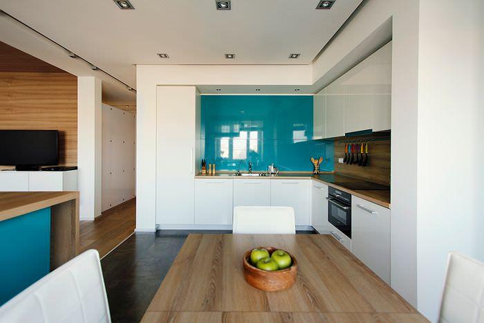Голубой кухонный фартук с глянцевой поверхностью