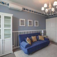 Синий чехол на диване в гостиной