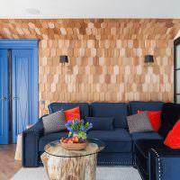 Деревянные планки на стене гостиной