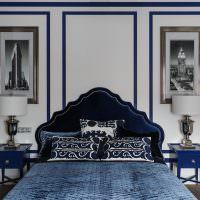 Кровать в спальне стиля модерн