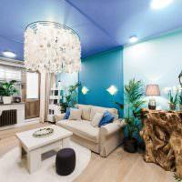 Стеклянная люстра на голубом потолке