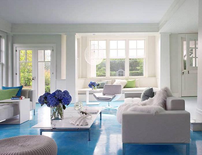 Светло-синий пол в современной гостиной частного дома