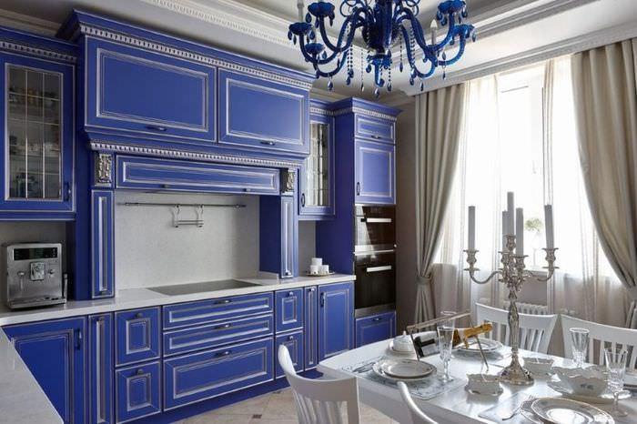 Линейная кухня с синей мебелью