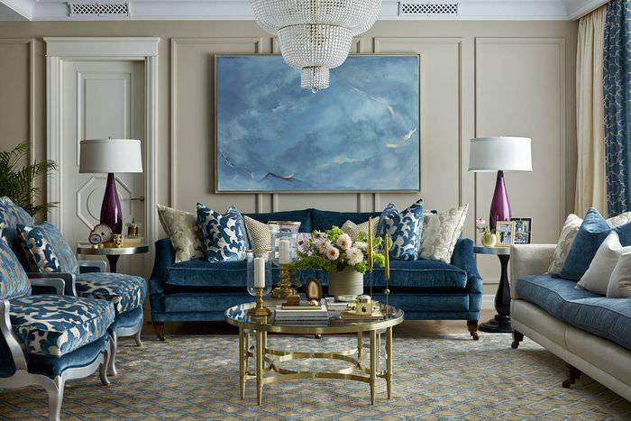 Диван с синей обивкой в интерьере гостиной