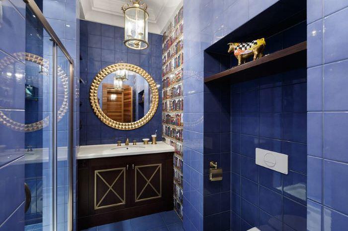 Интерьер ванной с синей плиткой на стене