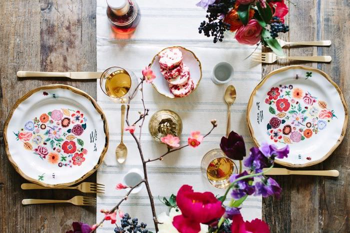 Красивые тарелки с ярким рисунком на праздничном столе