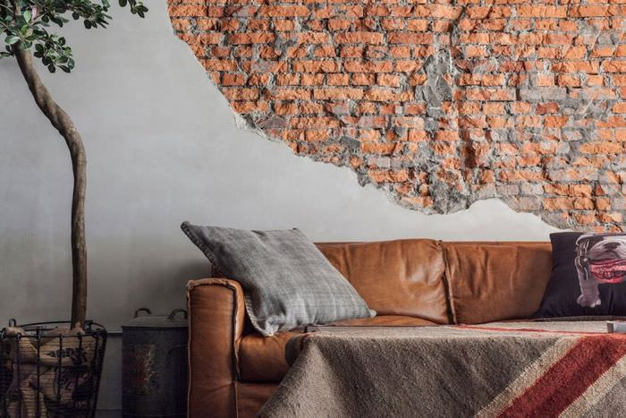 Декорирование кирпичом стены над диваном