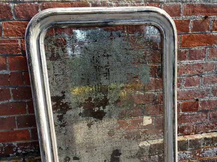 Искусственно состаренное зеркало у кирпичной стены