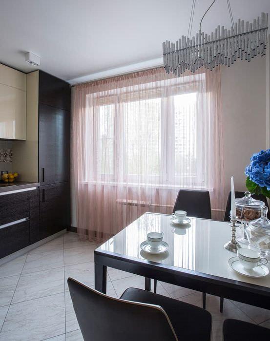 Розовая тюль на окне кухни в однокомнатной квартире