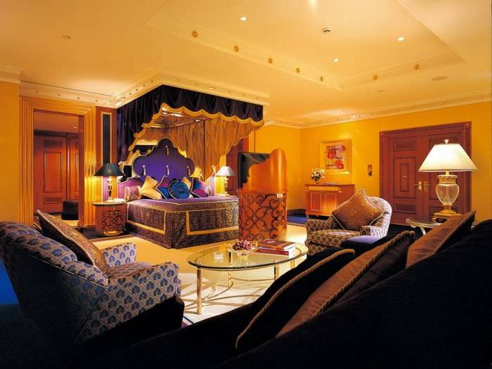 Интерьер спальни китч с желтыми стенами