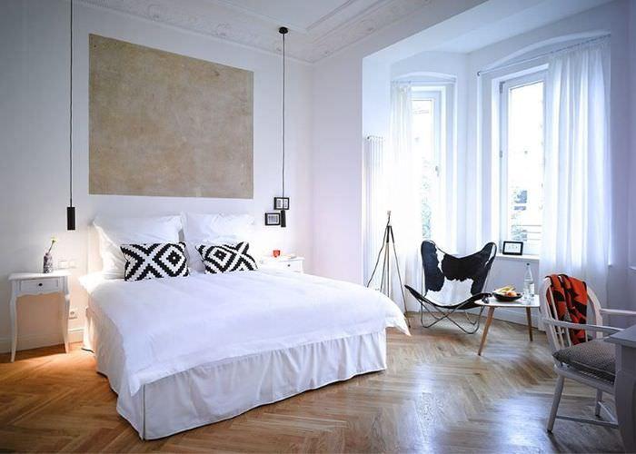 Интерьер спальни в двухкомнатной квартире с балконом