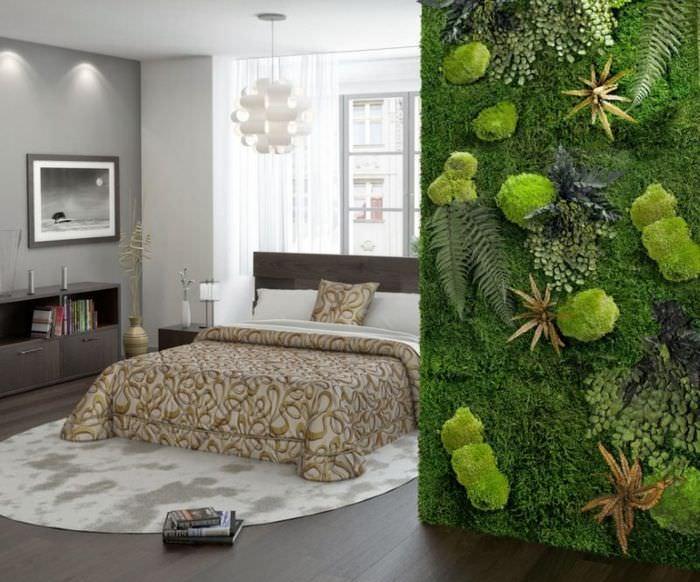 Зеленая стена из живого мха в интерьере спальни