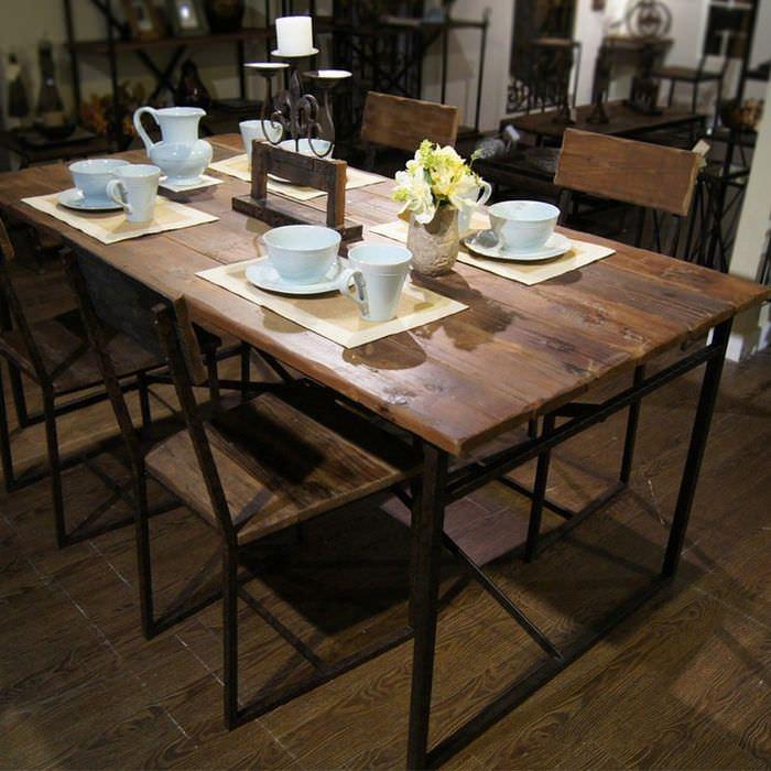 Деревянный обеденный стол в духе минимализма