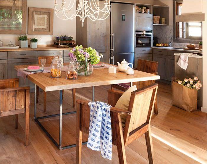 Деревянный обеденный стол в красивой кухне