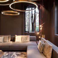 Оригинальное освещение гостиной с темными стенами