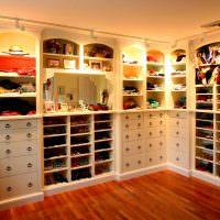 Подсветка полок в гардеробной комнате