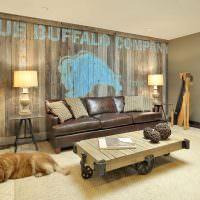 Кожаный диван около деревянной стены