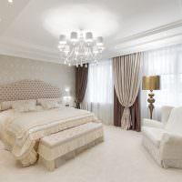 Белая люстра на потолке спальни