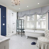 Светлое кресло в ванной комнате