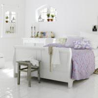 Сиреневое покрывало на белой кровати