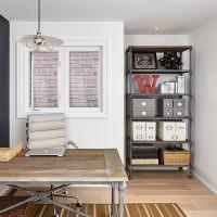 Металлический стол с деревянной столешницей