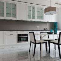 Мягкие стулья в кухне линейной планировки