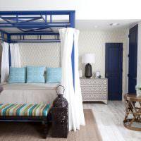 Синяя дверь в спальне супругов