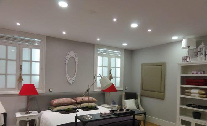 Организация освещения гостиной с помощью точечных светильников