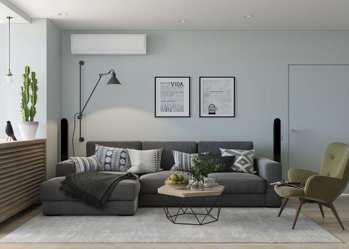Темно-серый диван в гостиной комнате панельного дома