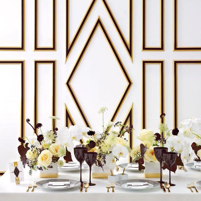 Фужеры шоколадного цвета на столе с белой скатертью