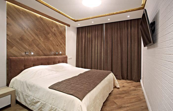 Современная спальная комната с коричневыми шторами