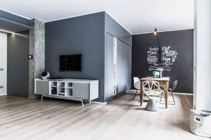 Тесно-серые стены в интерьере комнаты частного дома
