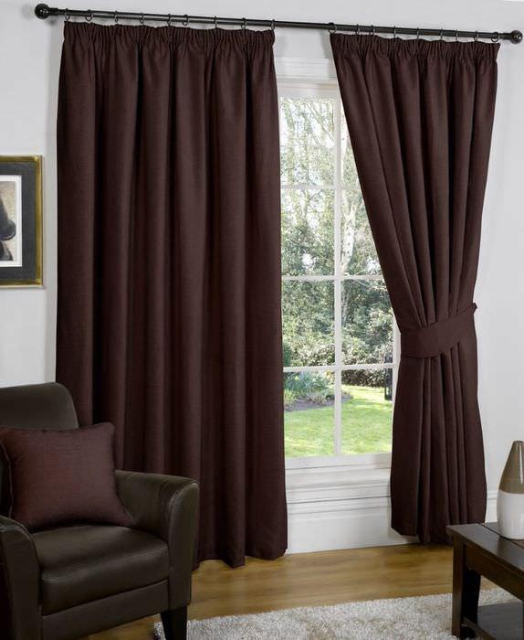 Насыщенно темно-коричневые шторы на окне гостиной в частном доме