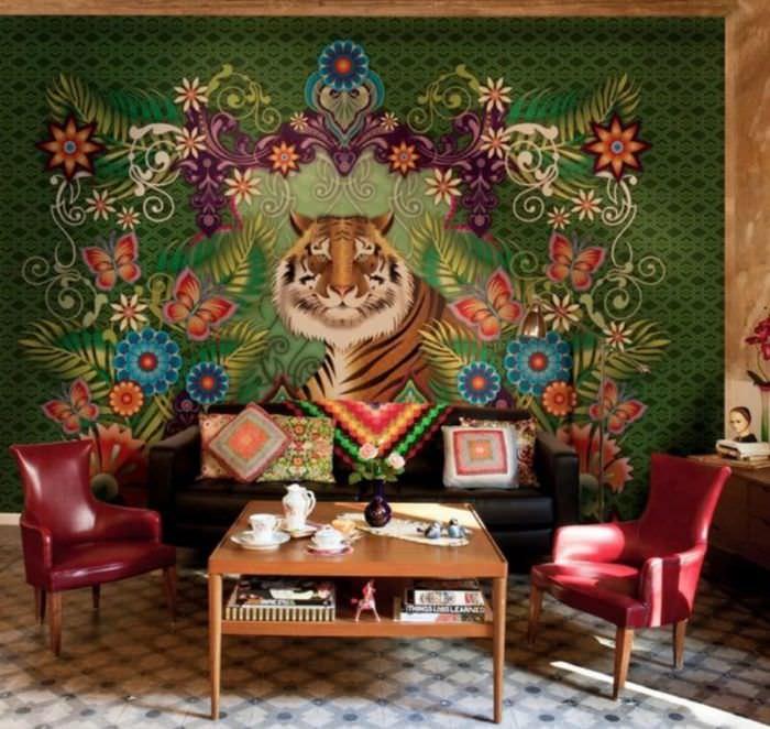 Ковер с тигром на стене гостиной в стиле китч