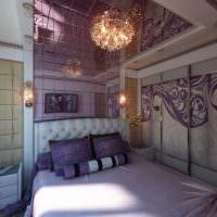 Зеркальный потолок в спальне молодых супругов