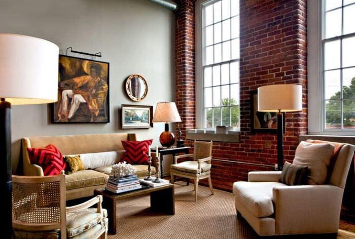 Дизайн гостиной с высокими окнами