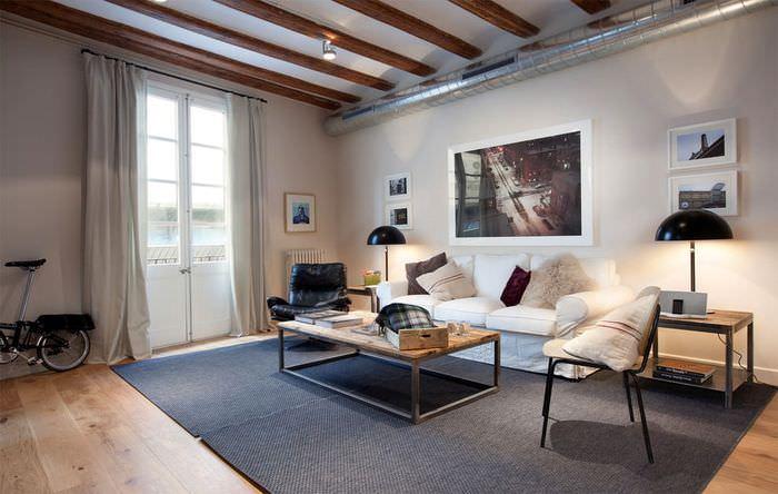 Труба вентиляции на стене современной гостиной