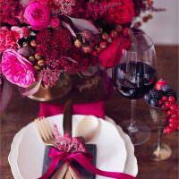 Красная ленточка в декоре столовых приборов