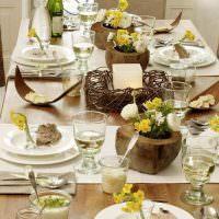Деревянные вазы с цветами на обеденном столе