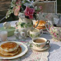 Оладьи с медом в фарфоровой тарелке