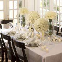 Белые цветы на столе ко дню рождения