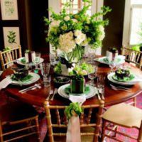 Букет с розами на круглом столе