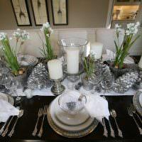 Весенние цветы в вазах на обеденном столе