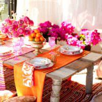 Оранжевая скатерть на старом столе