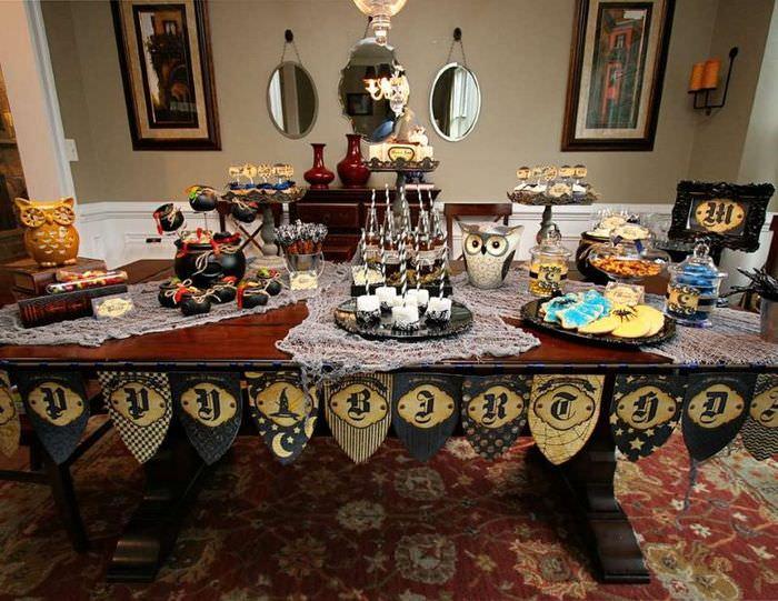 Сова и другие тематические украшения на столе в стиле Гарри Поттера