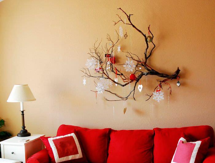Декоративная композиция из ветки на стене гостиной