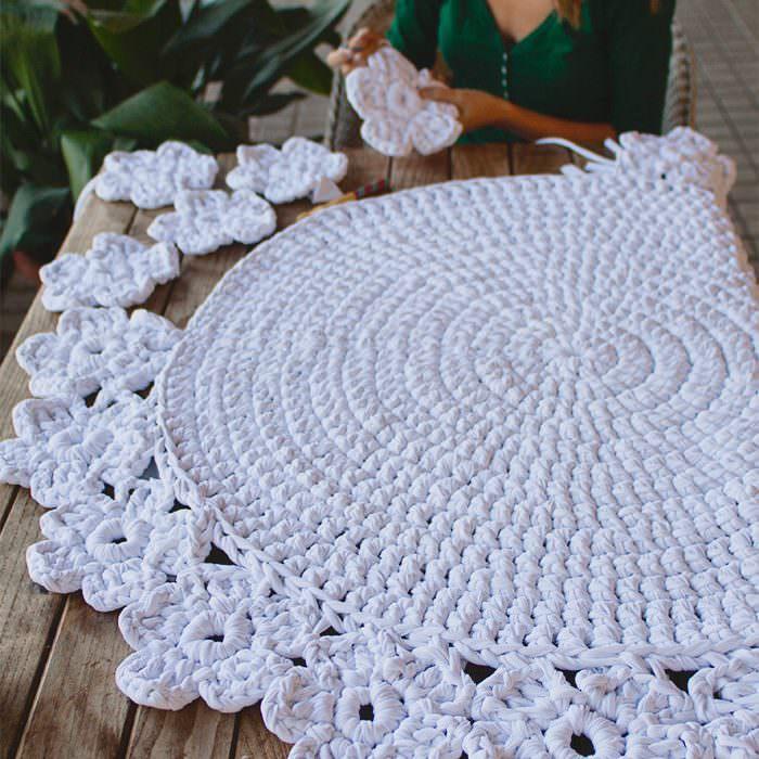 Красивый круглый коврик из пряжи
