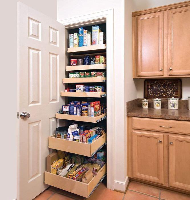 Выдвижные ящики в кладовке на кухне