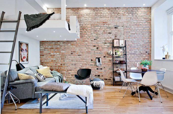 Интерьер гостиной с кроватью на втором этаже